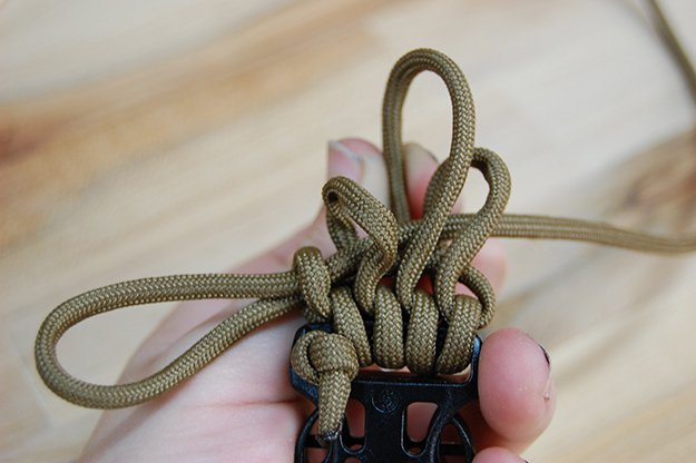 Tighten finger loop | How To Make A Paracord Belt: Step-By-Step Instructions