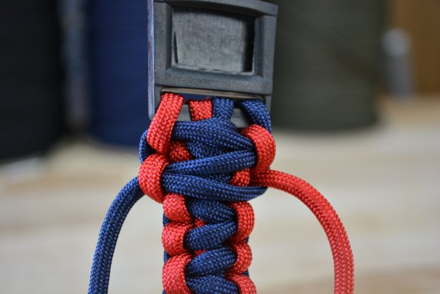 Tighten the loop | Learn To Make A Paracord Dog Collar | Instructions