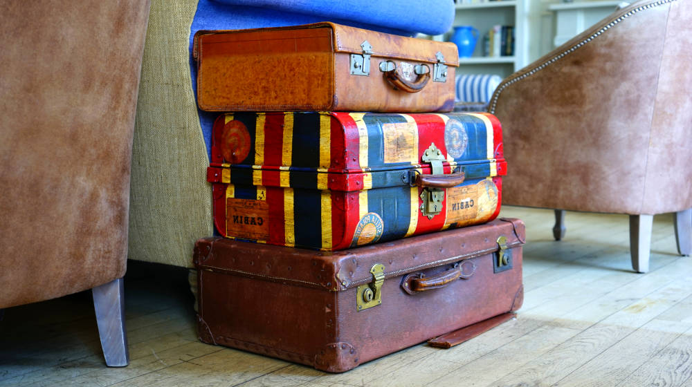 Luggage bags suitcase baggage | DIY Ways To Upcycle Vintage Suitcases | vintage style decorative suitcases | vintage suitcase | Featured