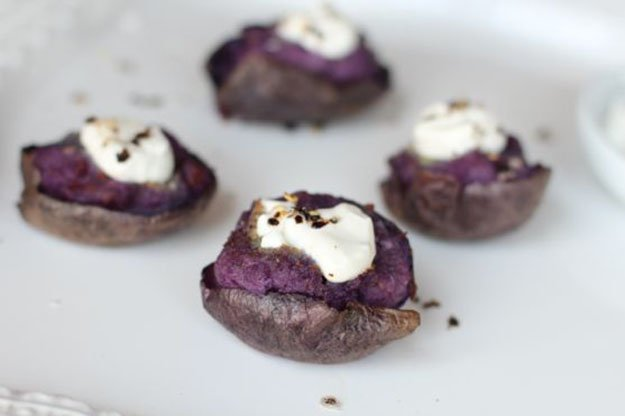Instructions and recipe for purple potatoes with blue cheese