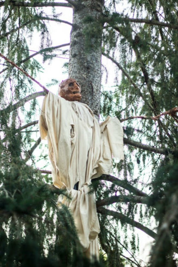 Put Up Your Outdoor Halloween Props | Outdoor Halloween Decorations: Make A Rotting Corpse Scarecrow