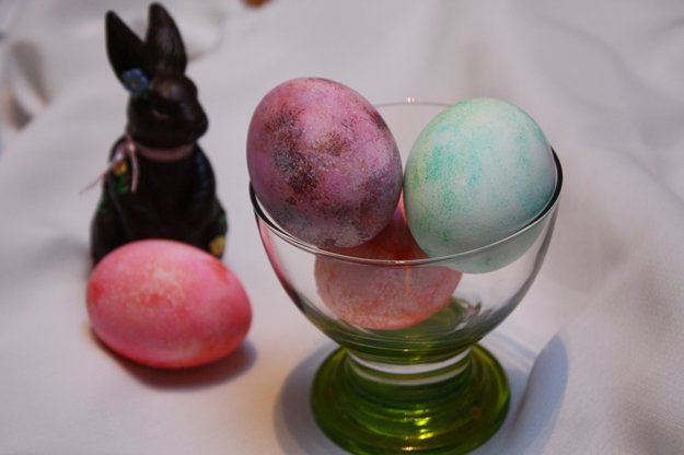 Creative DIY Easter Egg Decorating Projects | www.diyprojects.com/how-to-make-shaving-cream-easter-eggs-2/