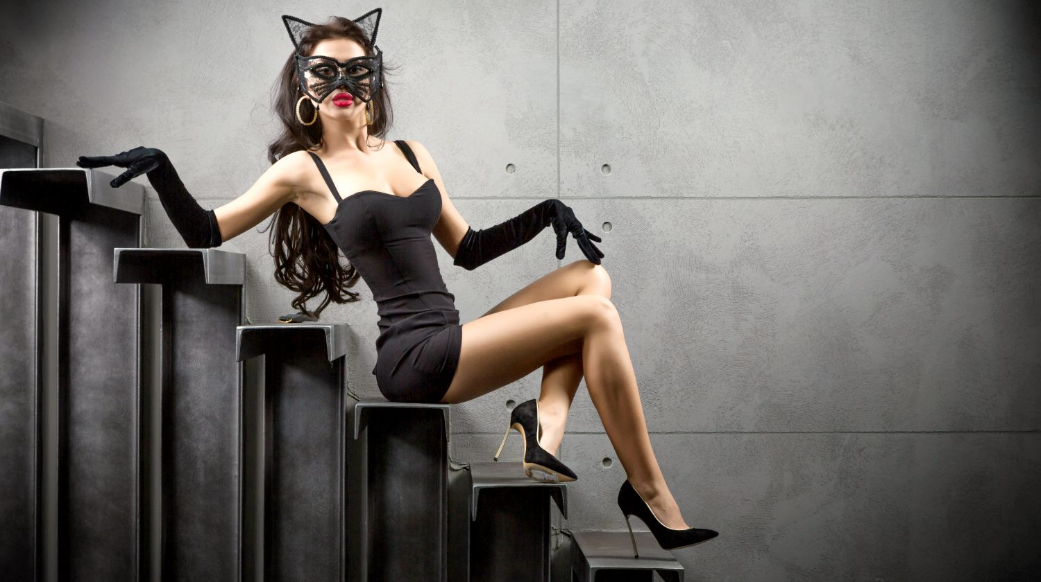 woman wearing sexy Catwoman costume sitting on stairs | DIY Sexy Halloween Costumes To Try | DIY Sexy Halloween Costumes | hot Halloween costume ideas | Featured